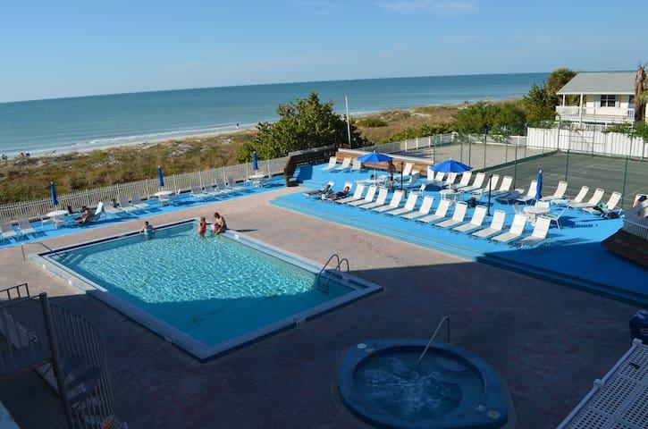 Beachfront 3 BR condo - newly renovated  Reef Club - Indian Rocks Beach - Apartment