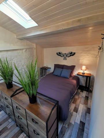 Bel espace nuit comprenant : - Un lit 140x190 pour 2 personnes - 2 tables de chevets - Commodes de rangements - Velux - porte manteau