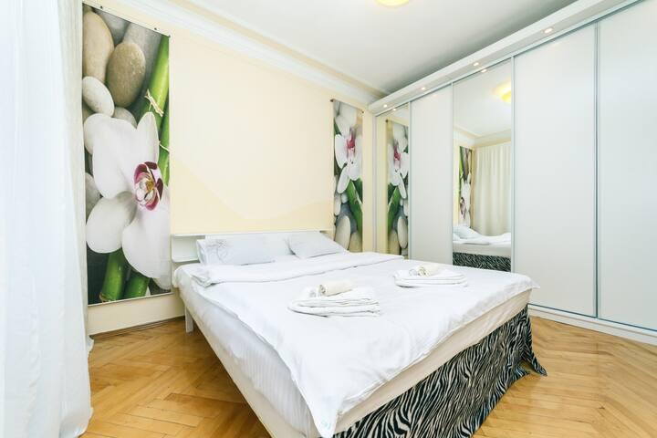 Beautiful 3 Bdrooms Kreschatyk Apartment