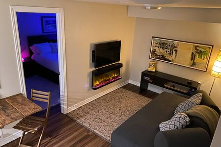 Quiet guest suite close to airport with parking