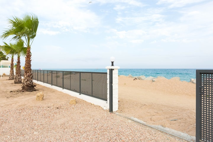 Malgrat de Mar Beachfront Village 2 Rooms (6Pax)