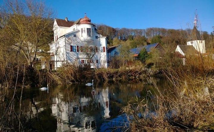 Ferienwohnung Schlossgut Inching Garten am Fluss