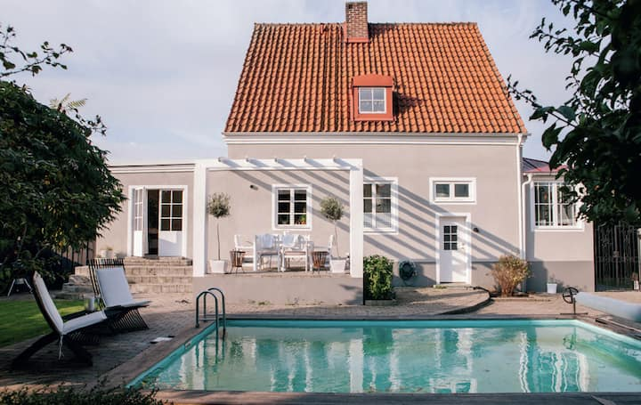Beautiful villa with pool, close to the center