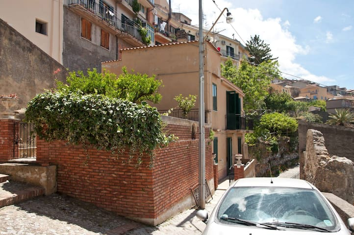 Affittasi villino in Sicilia (me) - Castroreale - Hus