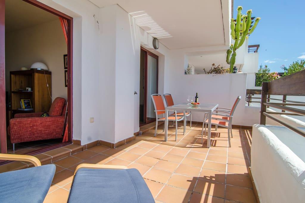Gran terraza para disfrutar, comidas y veladas inolvidables.