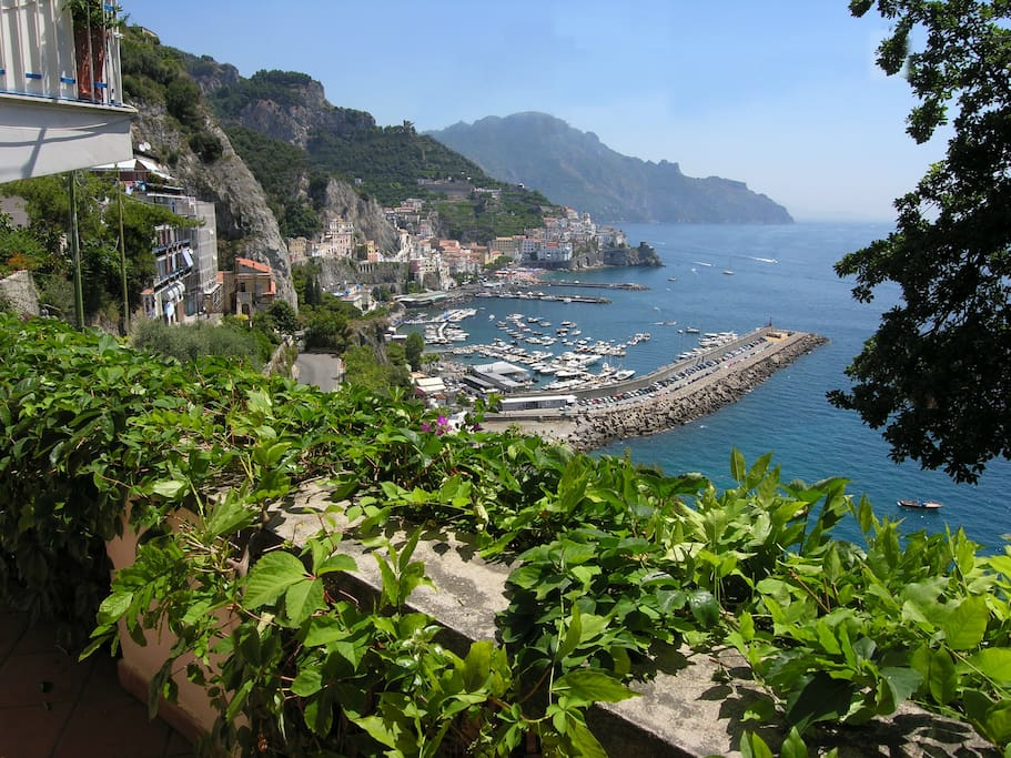 Amalfi seen from the terrace. Amalfi dowtown can be reached by 10 - 12 minutes walking. There you can find beaches, stores, parking, bars, restaurants, bus station and boats