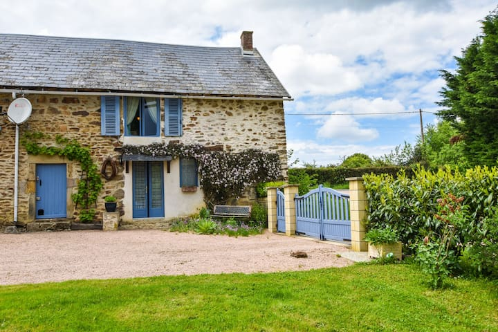 Charming typical Auvergne cottage with large garden and view of the countryside.