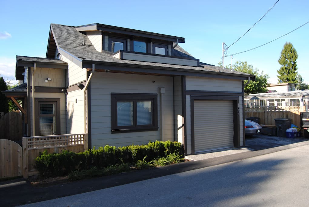 COACH HOUSE CONVENIENTLY LOCATED NEAR SHOPPING, RESTAURANTS, CANADA LINE, RECREATION CENTER AND QUEEN ELIZABETH PARK