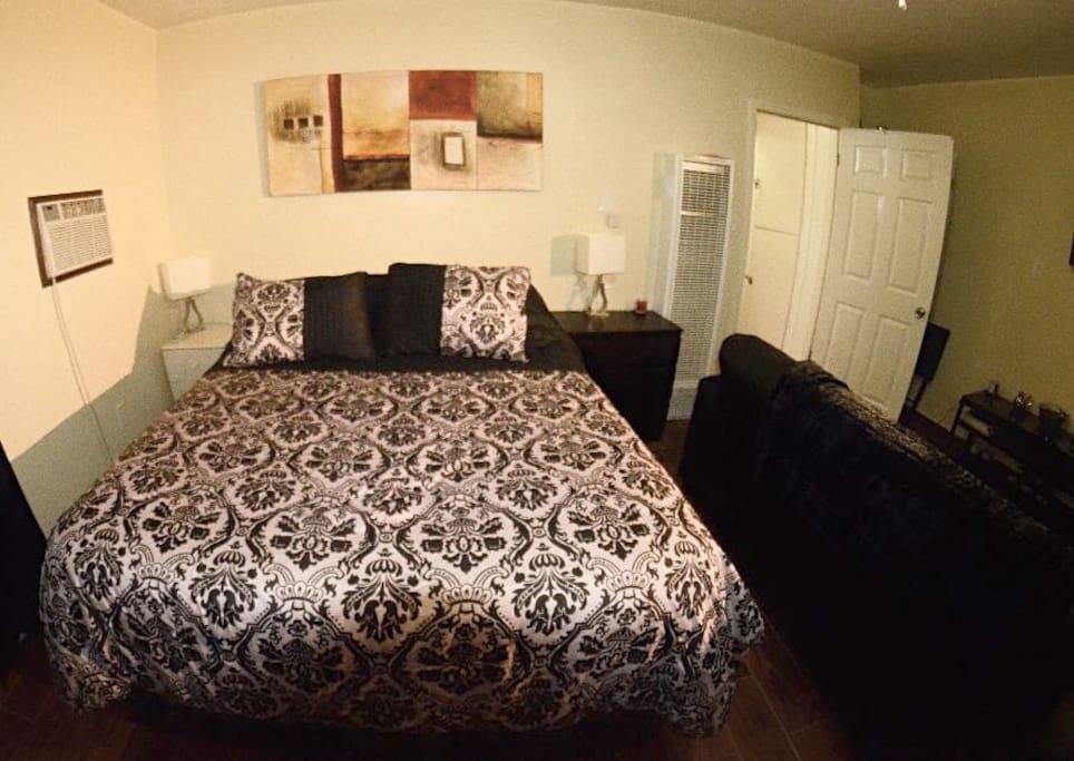 Queen-size bed (bedroom)