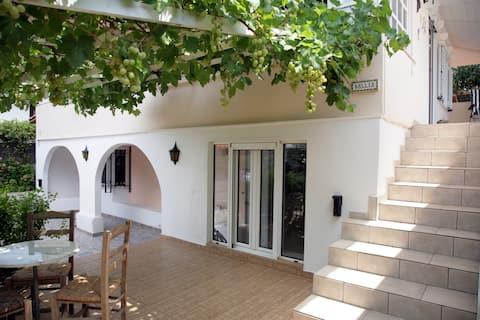 Aris Pis tranquil apartament amb jardí.