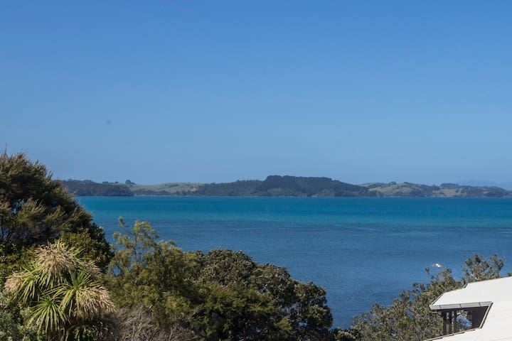 Waterfront beach loft Matakana Coast