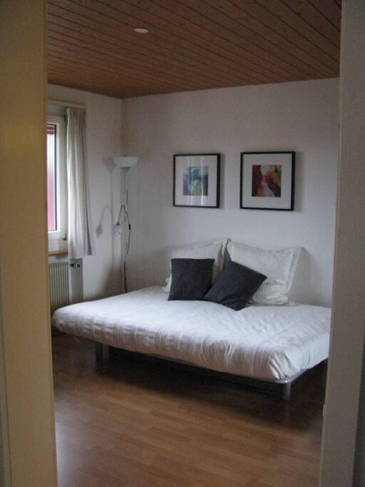 Im Schlafzimmer mit direktem Zugang zum Badezimmer mit Badewanne steht dein/euer Bettsofa.