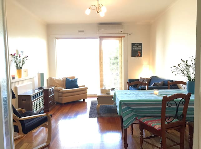 Light filled, spacious apartment on the beach! - Elwood
