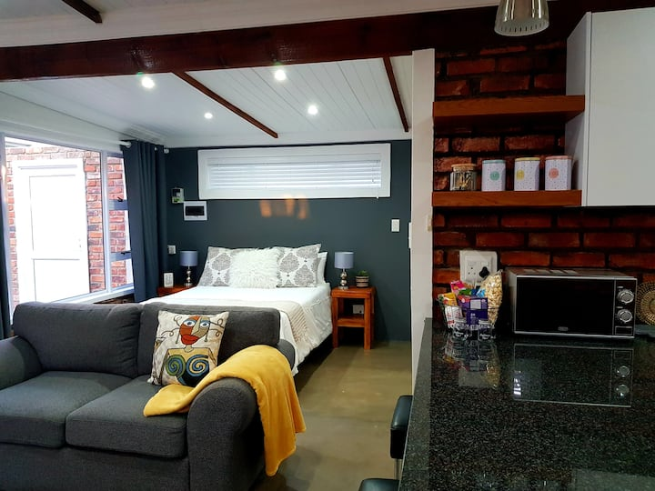 Brand new, upmarket open plan cottage in Nahoon