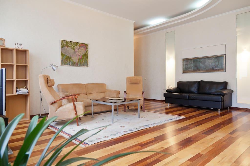 Гостиная с двумя раскладными диванами. Living Room with two sofas.