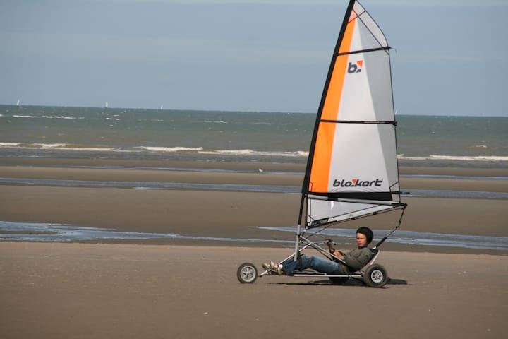 The beach in Oostduinkerke is huge an offers great oppurtinity to sailkart