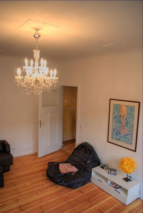 Wohnzimmer mit hoher Stuckdecke