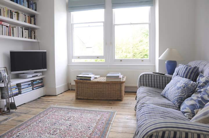 Lovely single room in Wimbledon with breakfast.
