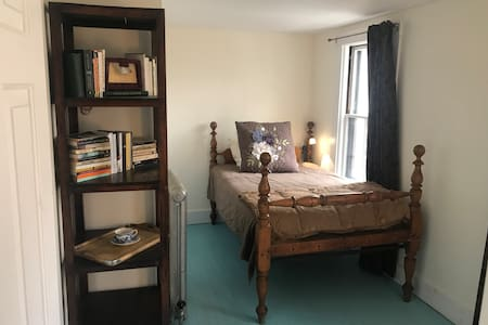 Cute retro apt, walk to downtown