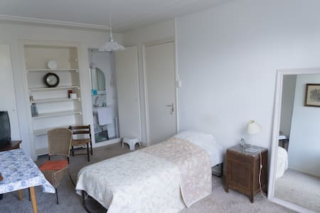 FURNISHED ROOM WITH WATERCOOKER/WIFI