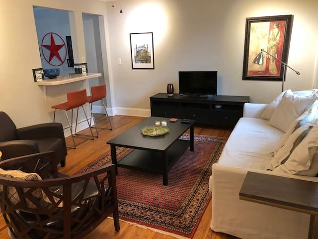 *Cozy* Stylish* Central* Quiet* 1 Mile to uptown.