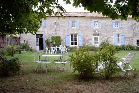 Vaste ferme en pierre, début XIXe - Theil-Rabier - Huis