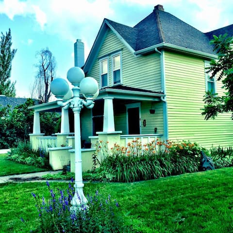 Beautiful Victorian home downtown - Spearfish - House