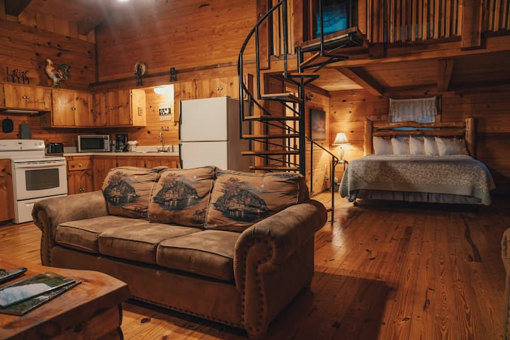 Mountain-Top Cabin with Big View / Pet-Friendly!