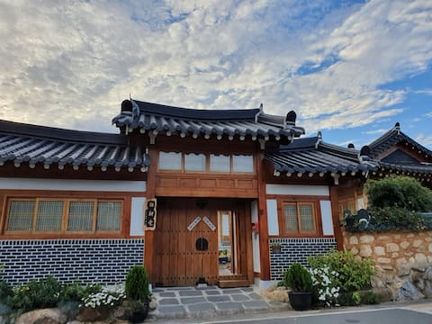 Quiet, cozy guest rooms on the outskirts of Sunyang Backhill (Hanokmin Byung-dong Hall)