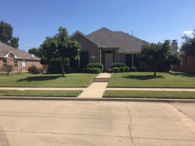 Spacious 3BR House near the Shops of Legacy - Frisco - Casa