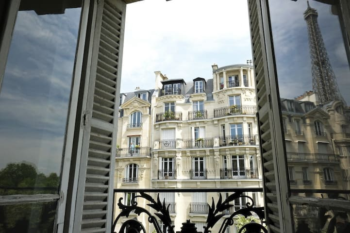 Very near the Eiffel tower, a so parisian apt !