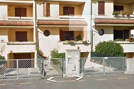 Stanza in casa singola - Moglia - House