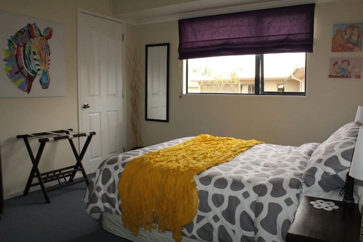 Quiet Modern 3 Bedroom home with 2 guest bedrooms - Taupo - Bed & Breakfast