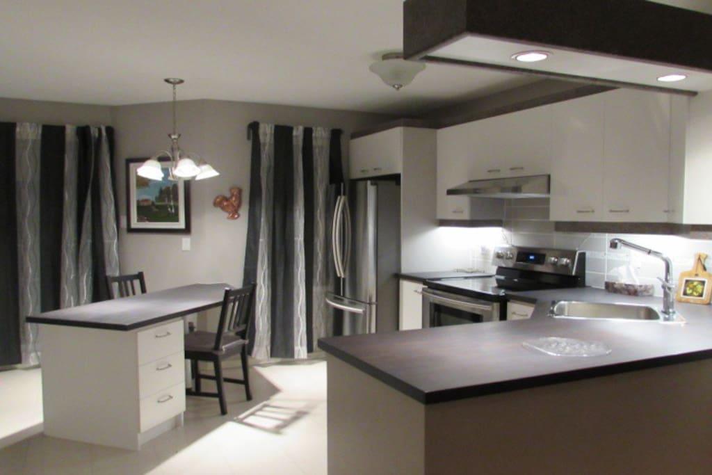 Belle grande cuisine avec comptoir lunch 2 chaises, frigidaire lave-vaisselle, micro-onde