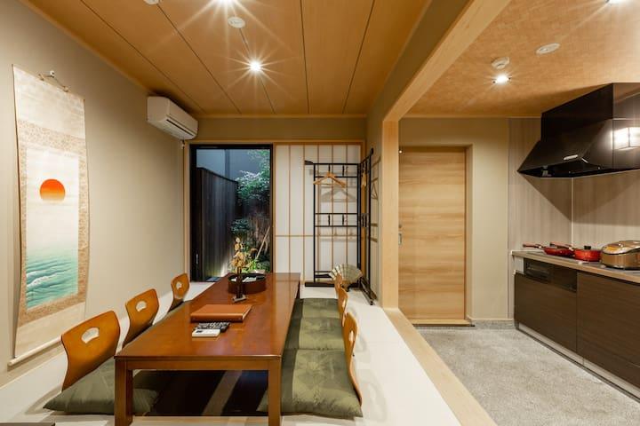 日式全新!两层独栋!最悠久的汤池梅汤隔壁!紧临鸭川,京都站步行12分钟,最近车站150米,京都小庭院