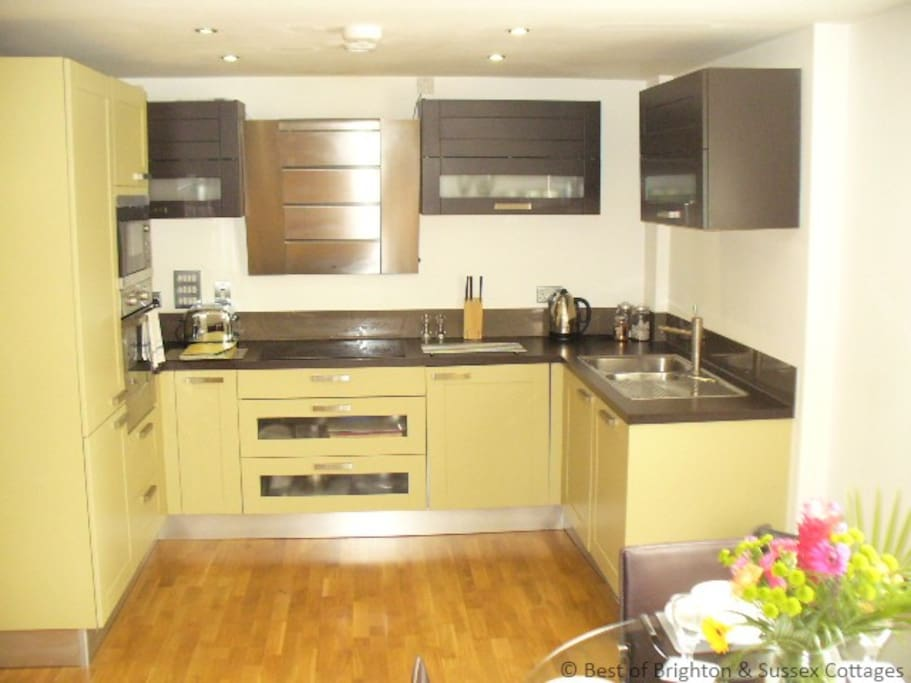 kitchen with integrated fridge freezer and washing machine