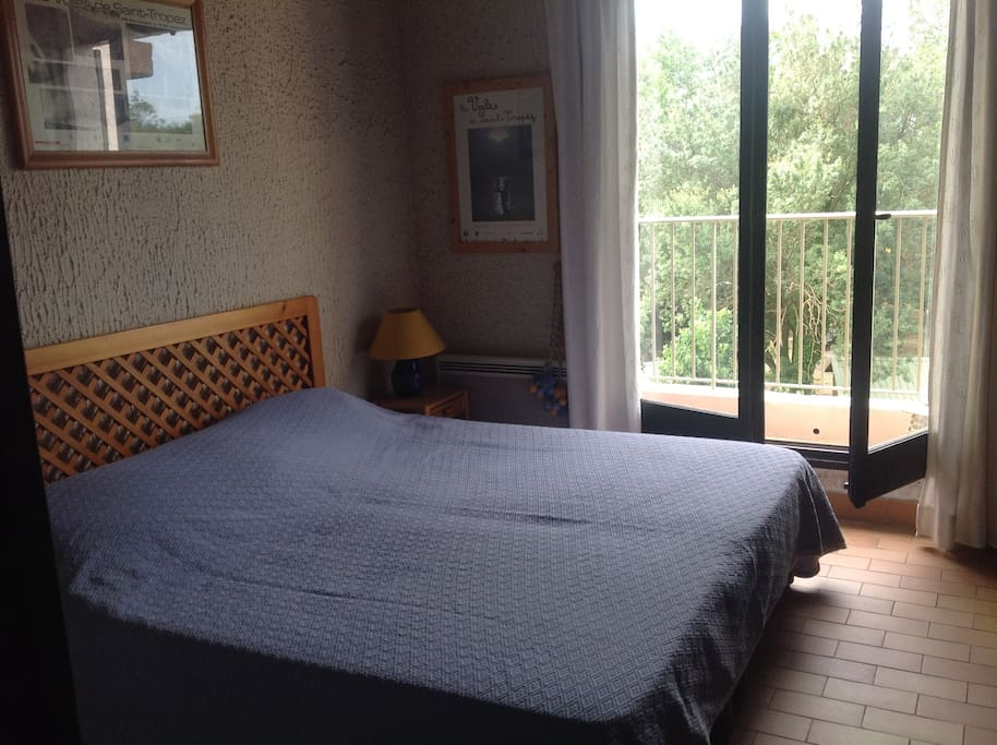 Chambre avec grand lit en 180