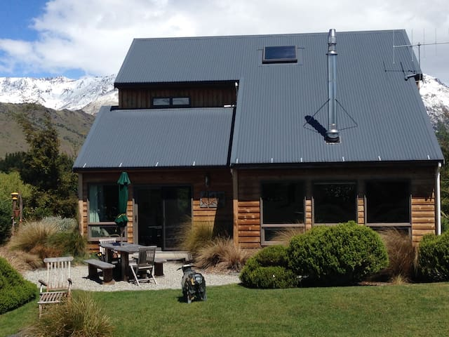 Arrowtown Cottage® - spectacular mountain views