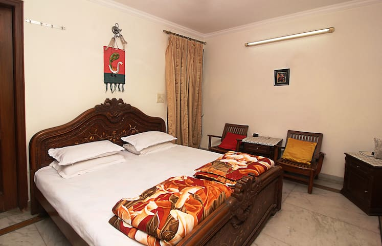 Pvt Room, Safe location , Free WIFI, 2 mins Metro
