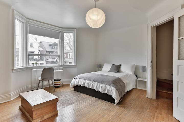 Spacious, Sunny & Huge Shared House Queen West