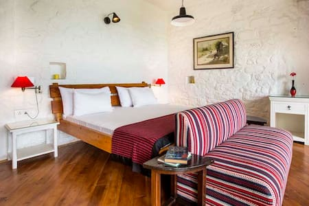 Ridge Bungalow : Two Chimneys - Pura Stays - Nainital - Guesthouse