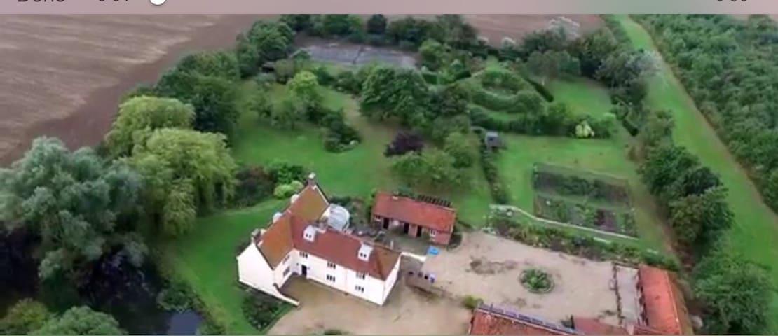 Period farmhouse, very pretty, with tennis court!