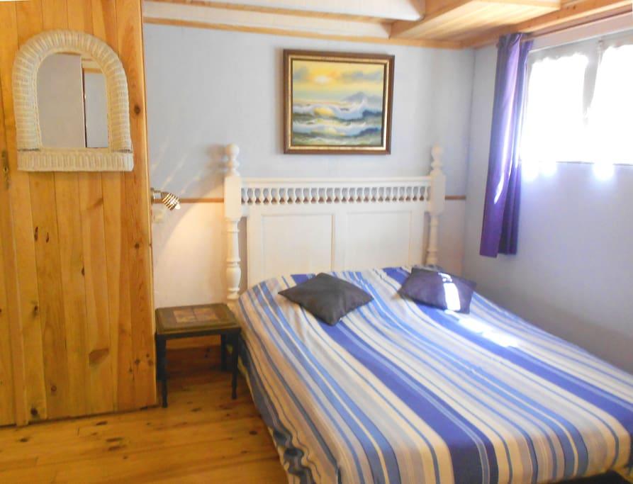 Une première vue de la deuxième chambre avec coin salon
