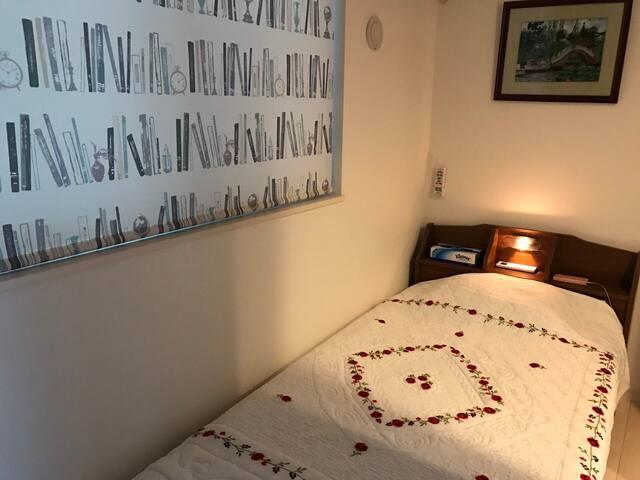 シングル部屋‼️ 寝ながら充電できるベッド‼️収納付き‼️