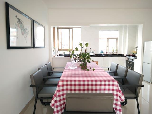 一楼餐厅,长餐桌90*218cm,质地菠萝格。
