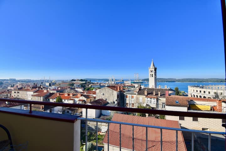 Amphiteatre and sea view apartment in the city centre