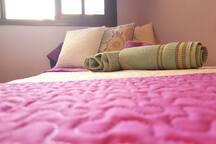 En tu habitación  tienes sabanas, toallas y todo lo que necesites para tu estancia en  casa.