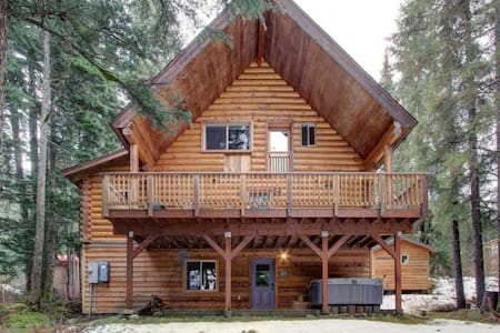 Modern log home near waterfalls - Anchorage