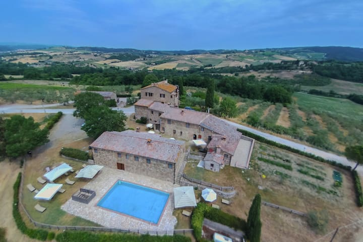 Farmhouse with swimming pool, surrounded by Chianti vineyards and hills