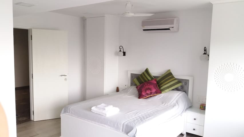 Newly renovated, central & sea facing cosy 2bhk.